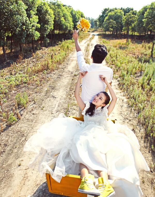 虽然现在的婚纱摄影风格非常的多样,然而田园婚纱照还是凭借其清新自然的风格受到了广大年轻人的追捧。田园婚纱照充满了田园的气息,一对新人们沉迷在清新自然的田园风光里,随心的几个姿势,便可以拍摄出一组贴近自然的唯美婚纱照,当然田园婚纱照由于不同的类型会存在一些不同的选择,今日独秀摄影小编来为大家详细说明。    如果您选择的是小清新型的田园婚纱照,这种类型的婚纱照比较适合身材高挑,身形较瘦的新娘。在妆容上,顾名思义要自然,眼影的颜色最好简单单一,避免多种颜色,整个妆容要有透明和精致感,最好能够呈现出自然粉润